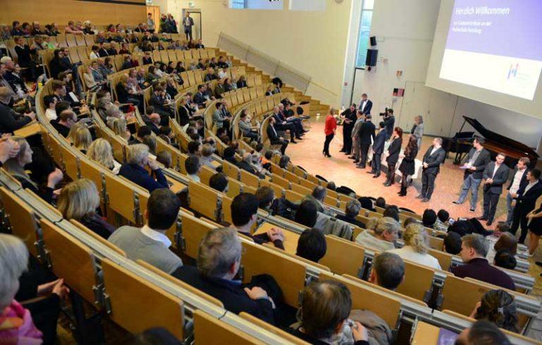 Abschlussurkunden und eine Preisverleihung an der Hochschule Flensburg