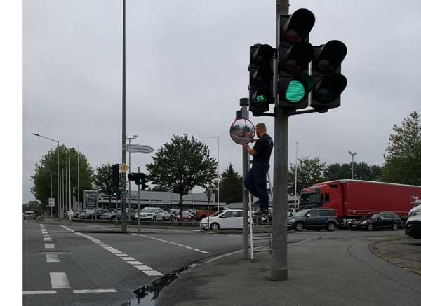 Flensburg: Stadt und TBZ montieren Trixi-Spiegel