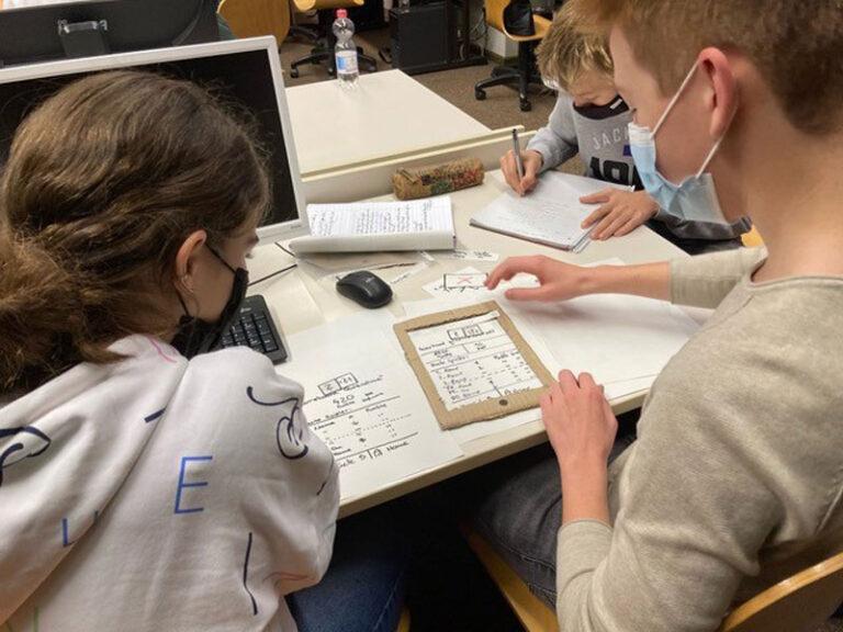 Hochschule Flensburg: Mit Zettel und Stift in die digitale Zukunft: Einzigartiges Projekt im Informatikunterricht